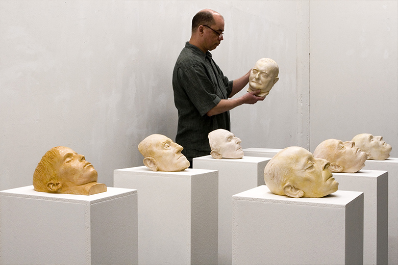 Reportage: Abschied - Betrachtung der Masken