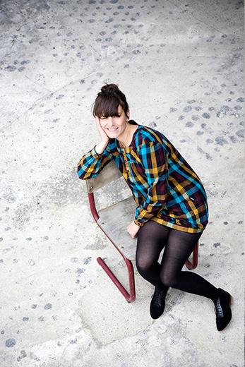 Fotostrecke: Menschen - Frau sitzt auf einem Stuhl und Lacht