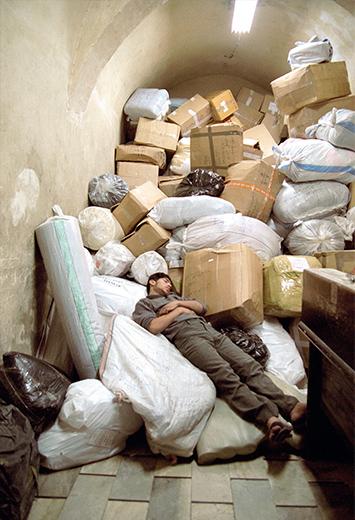 Fotoreportage: Syrien - Mann schläft auf Kartons