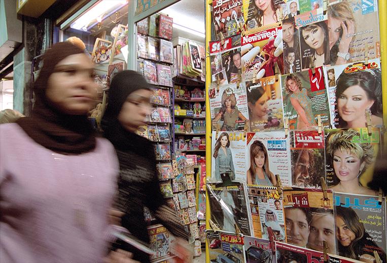 Fotoreportage: Syrien - Frauen gehen am Zeitschriftenständer vorbei
