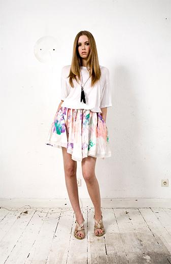 Mode - Frau in Rock und T-Shirt