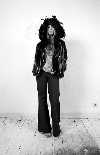 Mode - Frau in schwarzer Kleidung