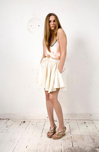 Mode - Frau im weißen Satinkleid